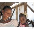 commerciante con bambina oggetti tipici artigianato locale etnia nguni principale gruppo etnico bantù città del capo sud africa